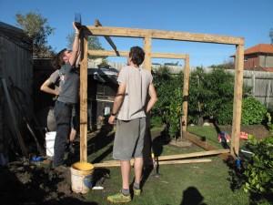 Beim Bauen des Hühnerhauses. Foto: Laura Hesse