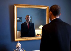 640px-Barack_Obama_takes_one_last_look_in_the_mirror,_before_going_out_to_take_oath,_Jan._20,_2009