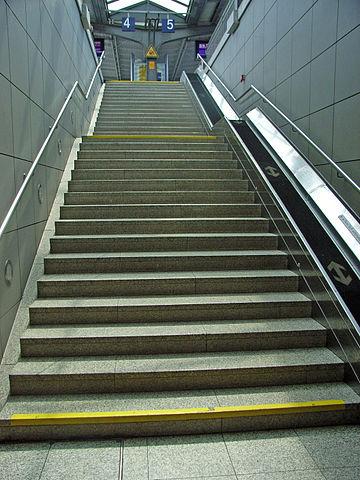 360px-Treppen_(Bahnhof_Göttingen)